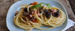 Bucatini con pomodorini pancetta e olive nere