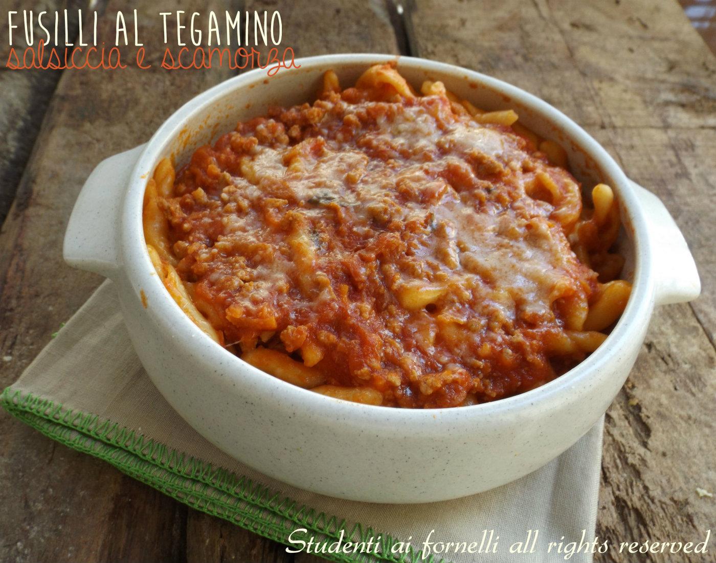 fusilli al tegamino salsiccia e scamorza ricetta pasta al forno ricetta natale