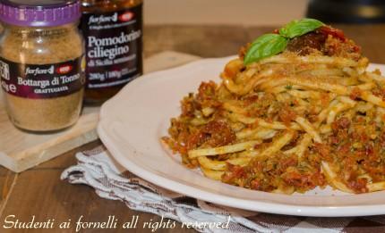 pasta con pesto di olive verdi pomodorini secchi e bottarga di tonno ricetta primo veloce