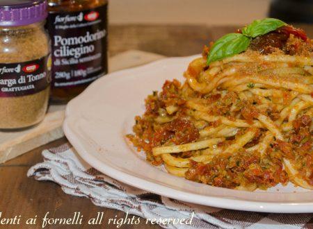 Pasta con pesto di olive, pomodorini secchi e bottarga