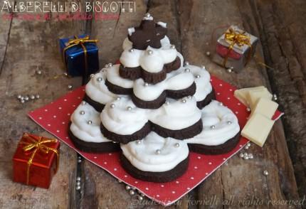 alberelli di biscotti al cioccolato con crema di cioccolato bianco e panna ricetta come fare gli alberelli di biscotti natalizi natale