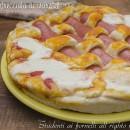 Pizza intrecciata ai wurstel con mozzarella e pomodoro