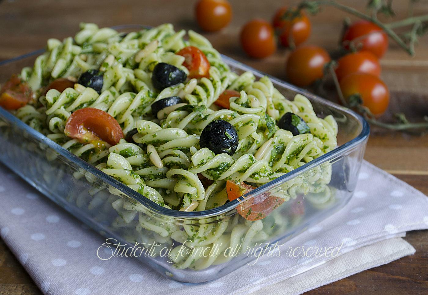 Pasta fredda pesto di rucola olive nere pomodorini e pinoli for Ricette primi piatti originali