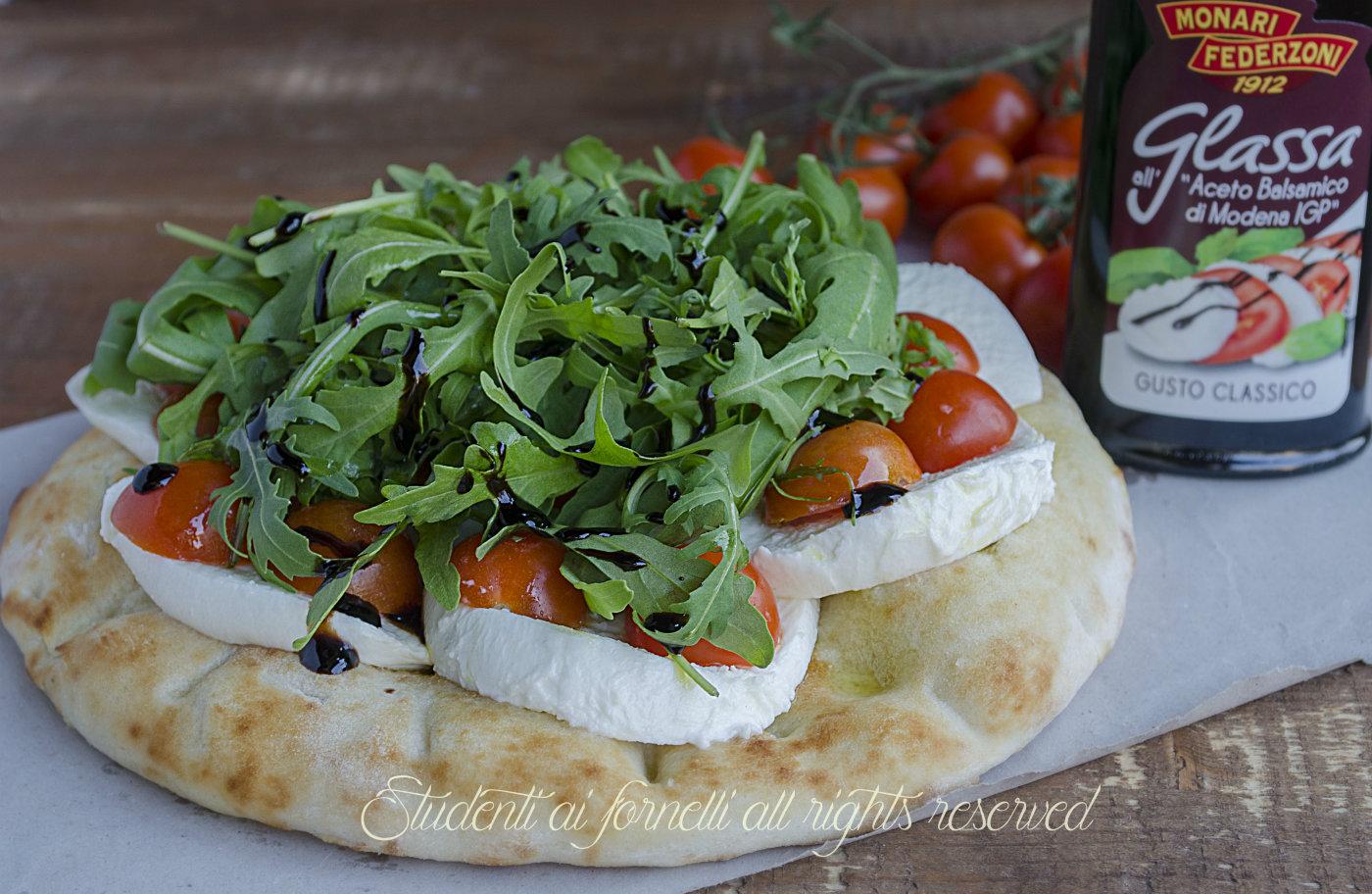 focaccia fredda con caprese pomodori mozzarella di bufala rucola e aceto balsamico ricetta estiva