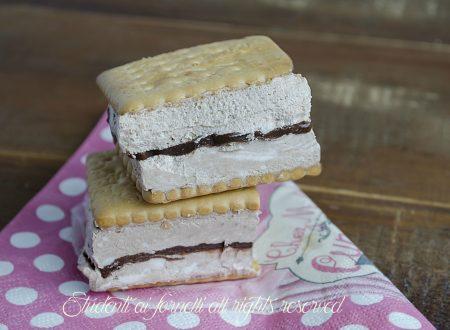 Biscotti gelato con panna e cioccolato