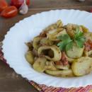 Calamari con patate e pomodorini in padella