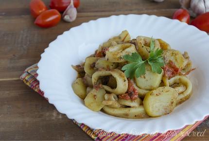 calamari con patate e pomodorini in padella ricetta primo piatto di pesce veloce gustoso