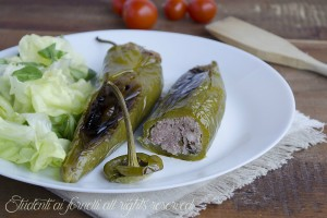 Peperoni verdi ripieni carne e mozzarella