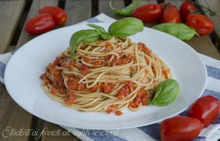 spaghetti al pomodoro fresco senza cottura ricetta primo veloce estivo gustoso