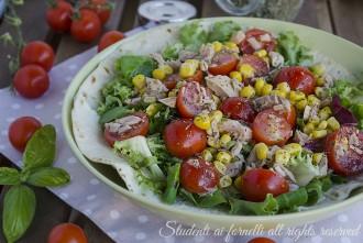 Piadina con insalatona di tonno e pomodorini mais ricetta piatto unico estivo gustoso senza cottura