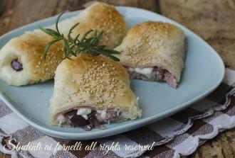 ricetta cannoli di sfoglia prosciutto olive e stracchino ricetta sfiziosa antipasto secondo
