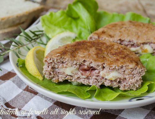 Hamburger di pollo con prosciutto e mozzarella