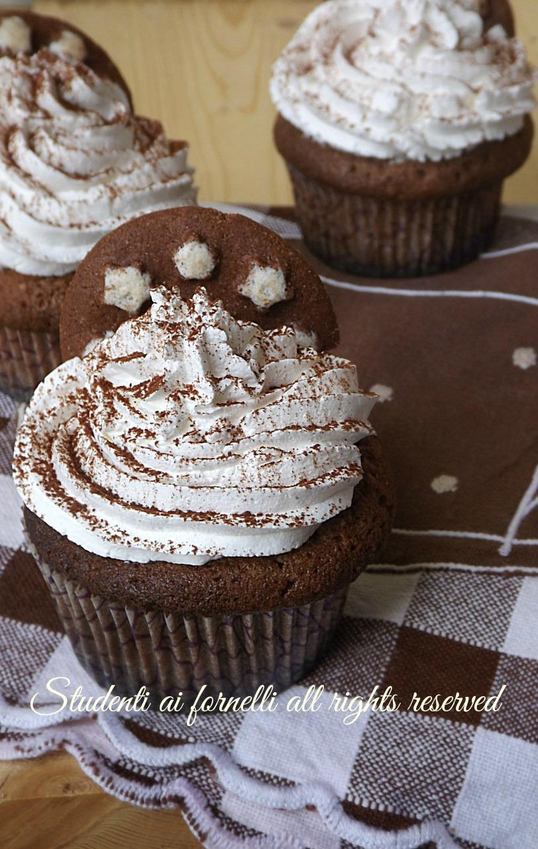cupcakes pan di stelle muffin con biscotti nell'impasto ricetta dolce facile e veloce