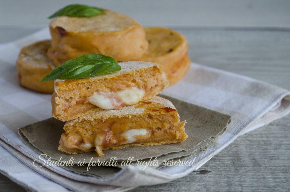 ricetta focaccine alla pizzaiola pomodoro e mozzarella ricetta cotte in padella senza lievitazione o cotte al forno