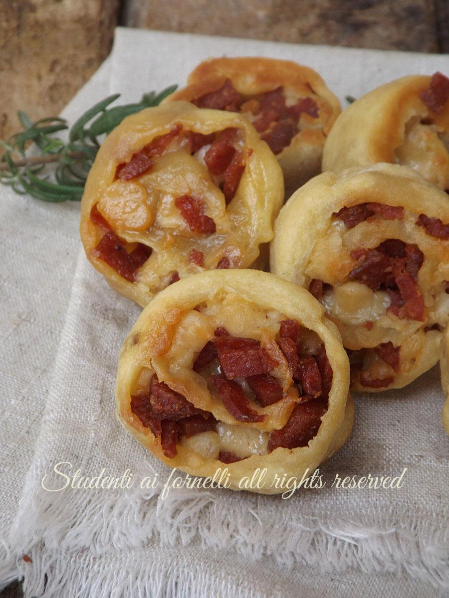 ricetta natale girelle rustiche salame e formaggio ricetta aperitivo antipasto sfizioso veloce gustoso con pasta brisee