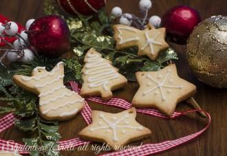 ricetta biscotti natalizi decorati con ghiaccia reale biscotti di frolla da appendere all'albero (1)