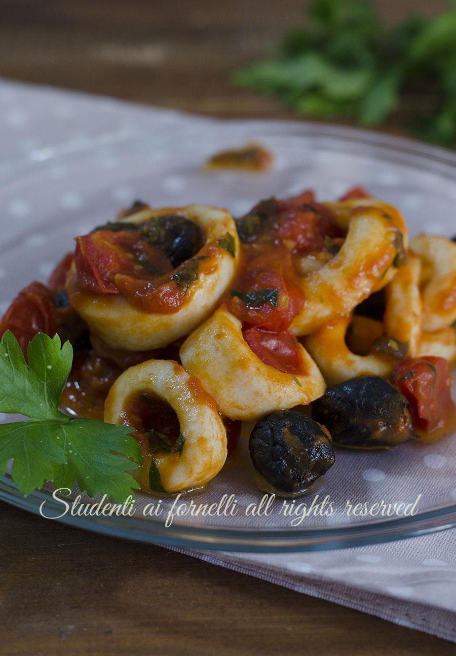 ricetta calamari con pomodoro e olive in padella ricetta pesce secondo facile veloce