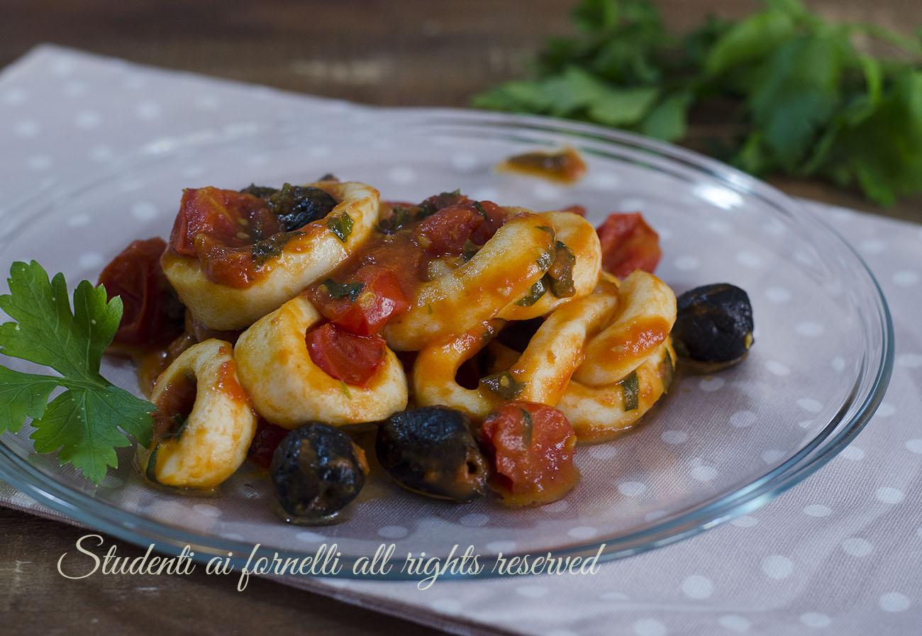 Calamari con pomodoro e olive in padella