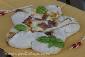 Stella di pizza farcita prosciutto crudo e mozzarella