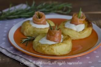 cestini di patate con salmone e stracchino ricetta antipasto sfizioso pesce natale vigilia veloce
