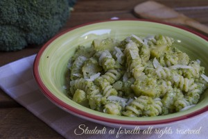 Pasta con pesto di broccoli e patate