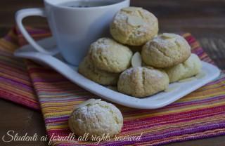 ricetta biscotti morbidi alle mandorle tipo amaretti pasticcini ricetta golosa veloce