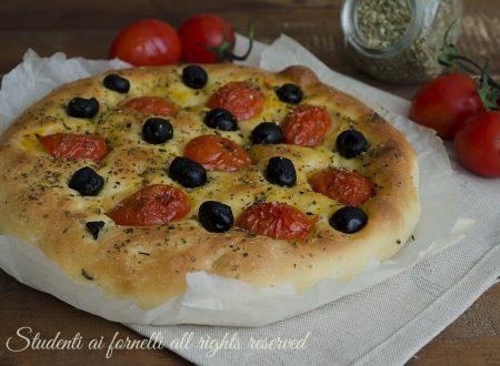 Focaccia pomodorini e olive nere