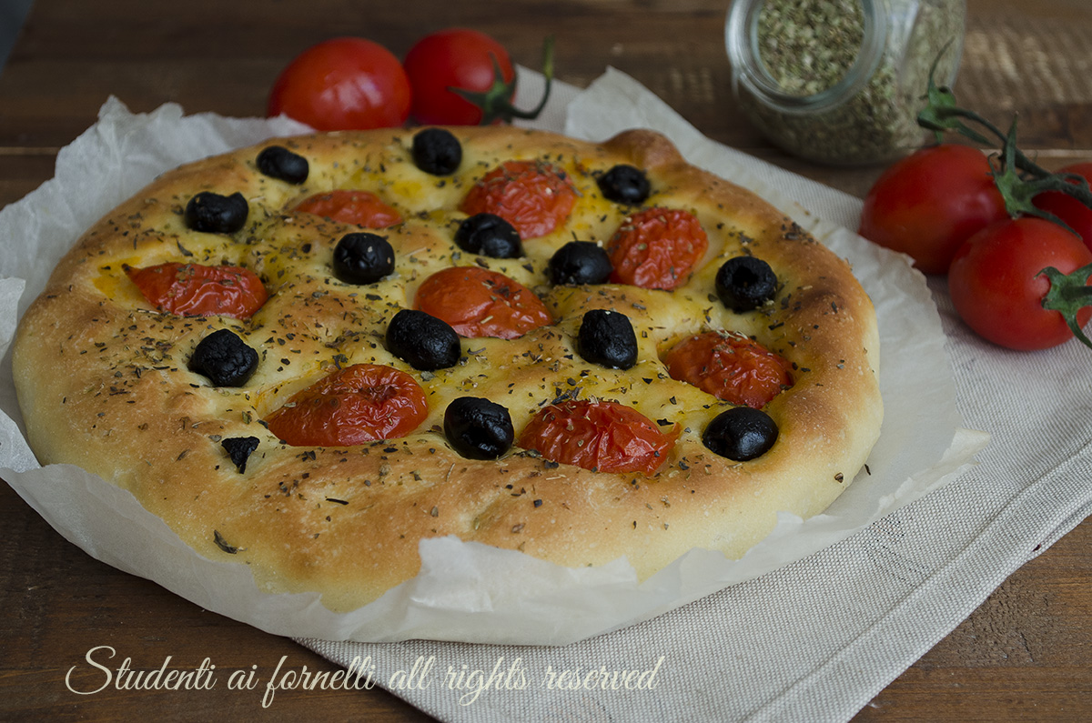 Ricetta Focaccia Con Pomodorini.Focaccia Pomodorini E Olive Soffice Con Impasto Alle Patate
