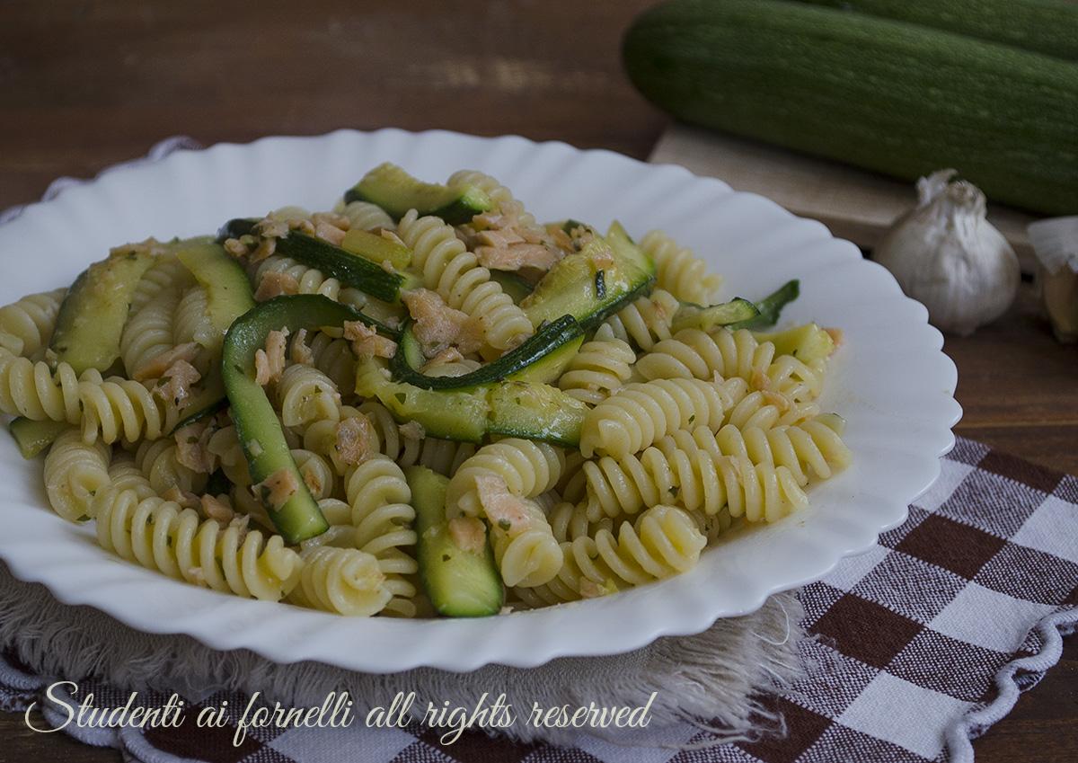 Pasta zucchine e salmone affumicato