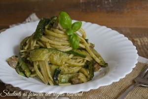 Pasta con zucchine pesto e pancetta