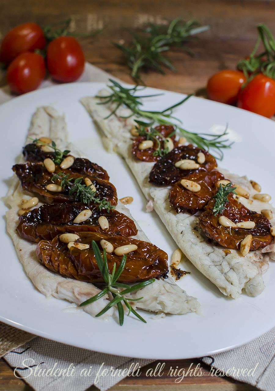 Branzino ai pomodori secchi e pinoli al forno ricetta for Cucinare branzino