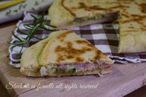Focaccia in padella zucchine e prosciutto