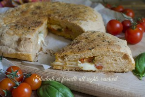 Focaccia ripiena mozzarella e pomodorini