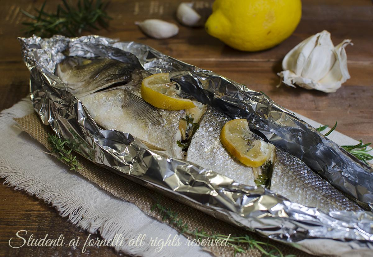 Ricetta branzino al forno al limone branzino al cartoccio for Cucinare branzino