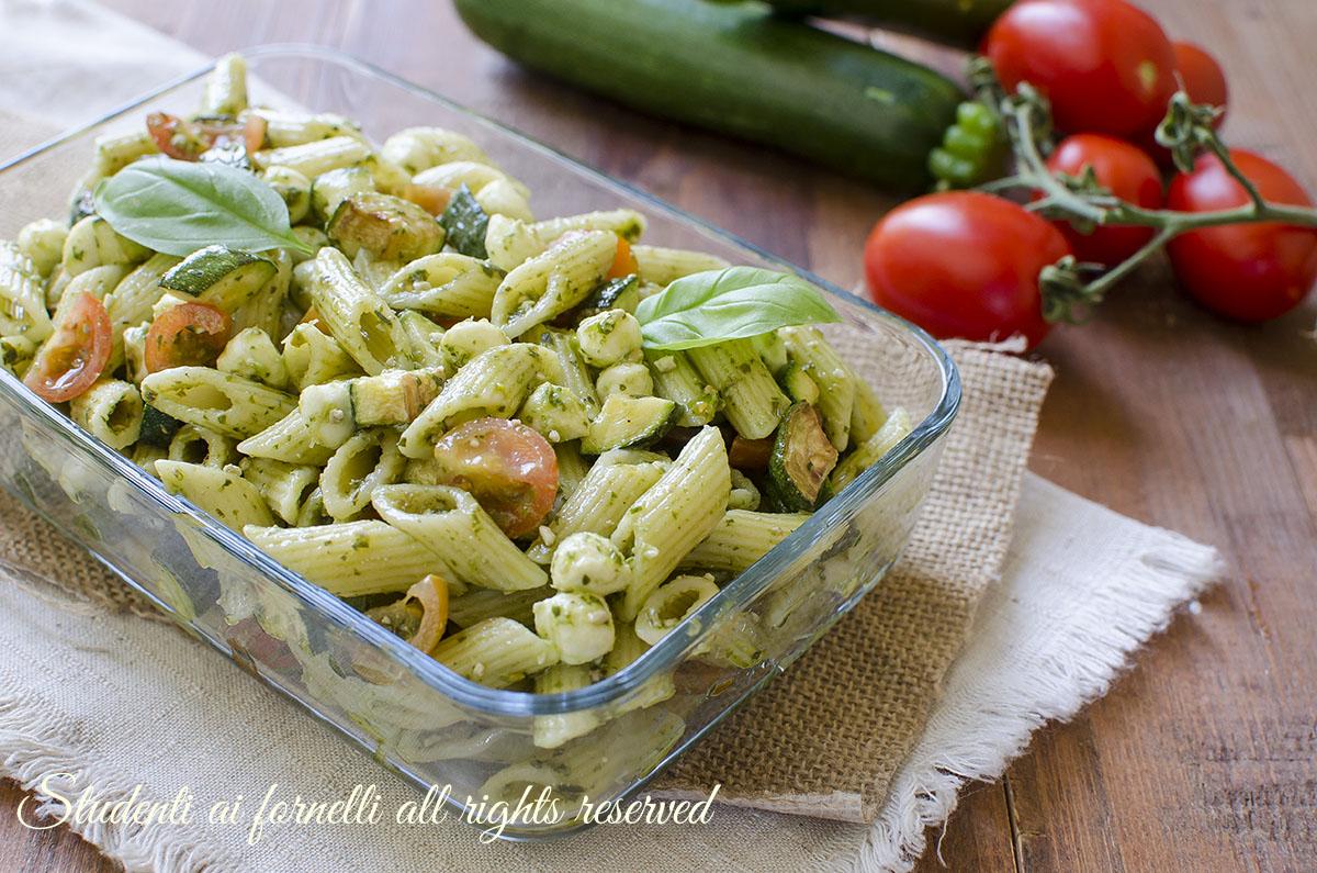 Pasta fredda zucchine pesto e mozzarella
