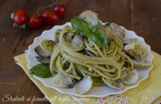 spaghetti pesto e vongole veraci ricetta primo di pesce facile veloce economico