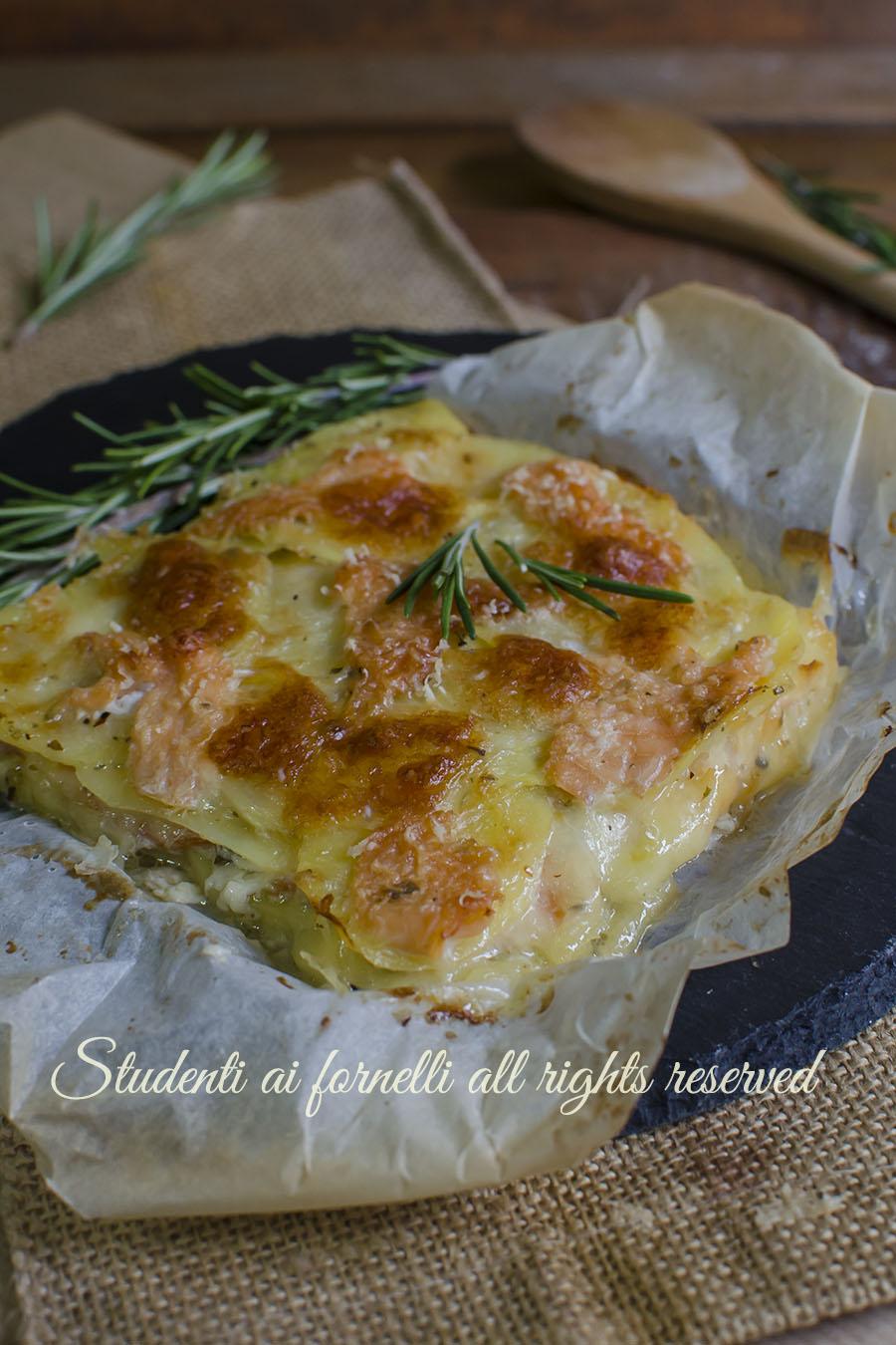 ricetta parmigiana salmone e patate con scamorza e formaggio ricetta secondo piatto facile gustoso