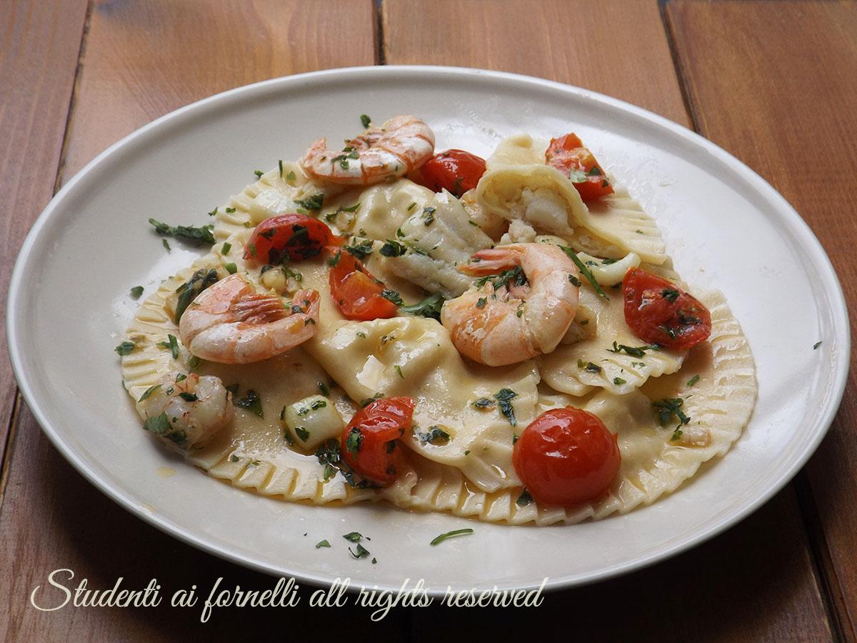 ricetta ravioli di pesce ripieni-di-brazino-con-gamberi-e-pomodorini-ricetta-primo-piatto-per-domenica-natale-vigilia-capodanno