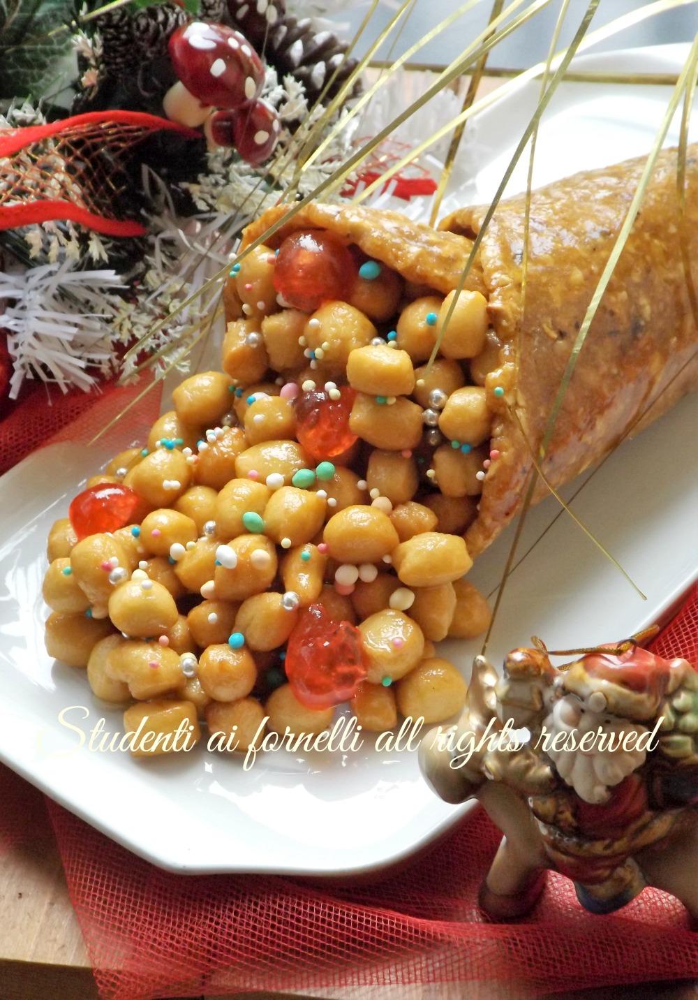 cornucopia con struffoli ricetta dolce tipico natale natalizio napoli struffoli napoletani