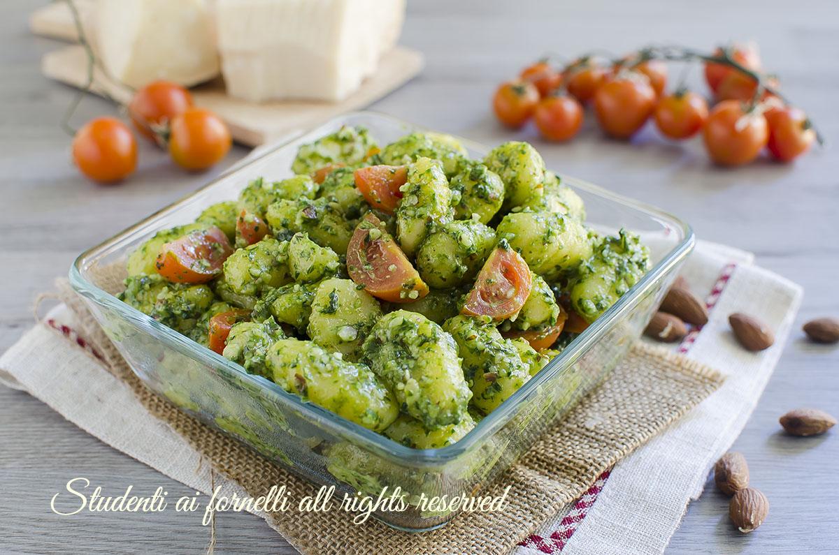 gnocchi pesto veloce e pomodorini ricetta primo piatto facile gustoso insalata fredda di gnocchi
