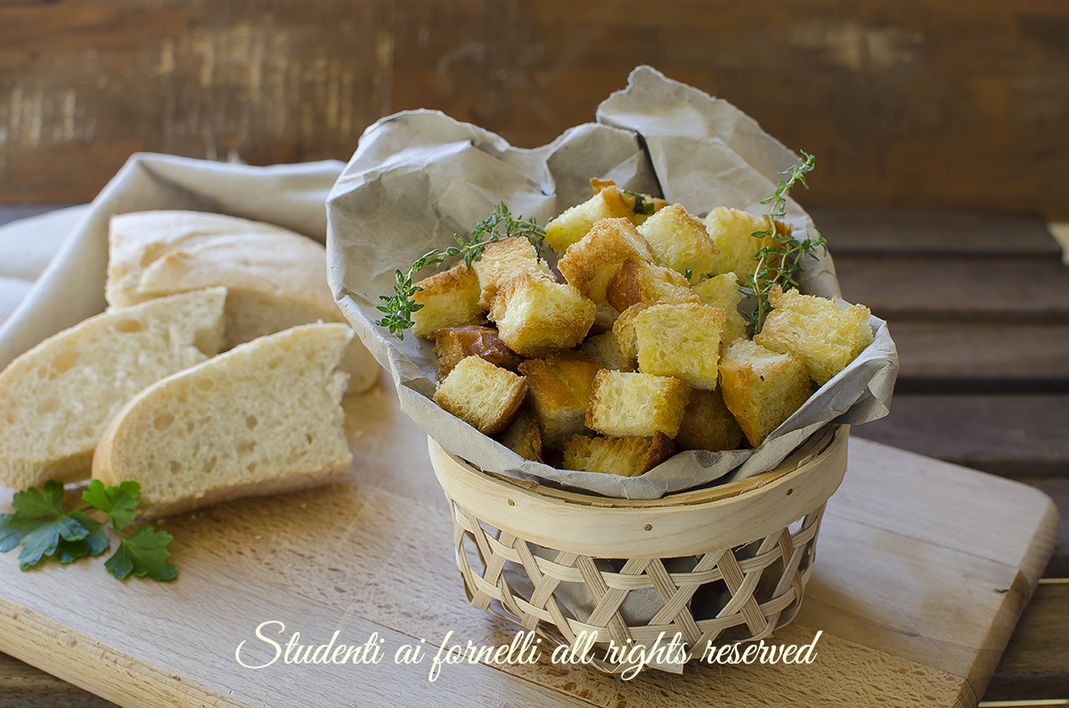 crostini di pane per insalate estive ricetta crostini fatti in casa dorati