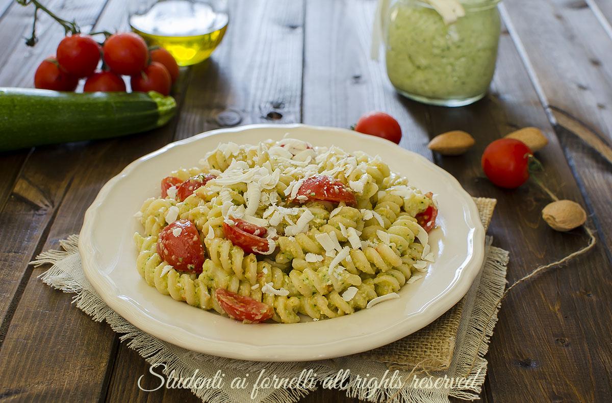 pasta cremosa pesto di zucchine e pomodorini ricetta primo piatto facile veloce estivo