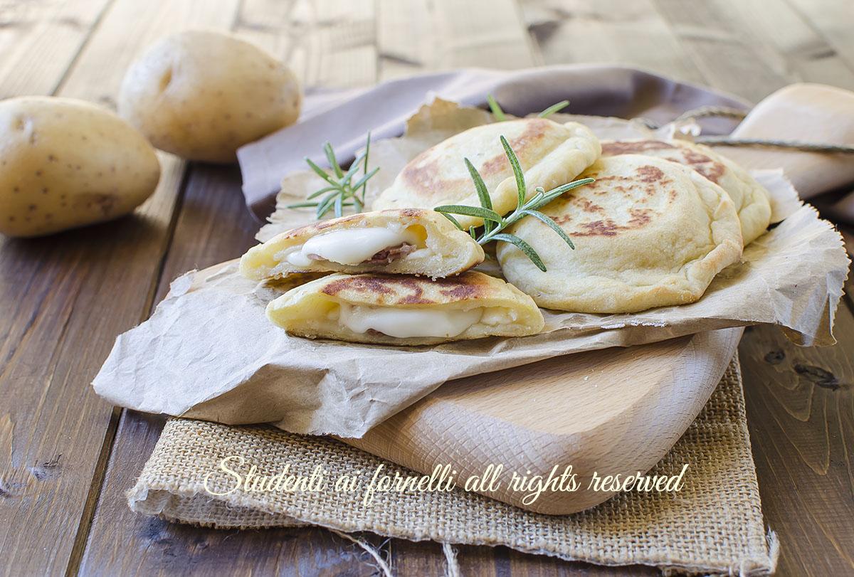ricetta focaccine di patate in padella prosciutto e formaggio ricetta veloce