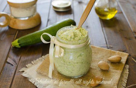 pesto cremoso di zucchine e philadelphia senza cottura ricetta facile veloce condimento estivo per pasta fredda (1)