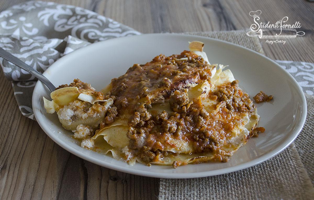 ricetta crepes con ricotta e ragu mozzarella ricetta primo piatto facile domenica crespelle pastella