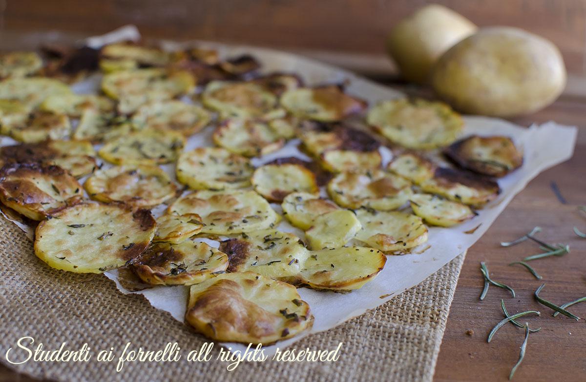 patatine chips al forno senza frittura patate-sfoglia-al-forno-patate-chips-light-alle-erbe-aromatiche-facili-e-veloci