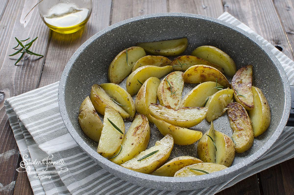 patate in padella a spicchi croccanti fuori morbide dentro contorno