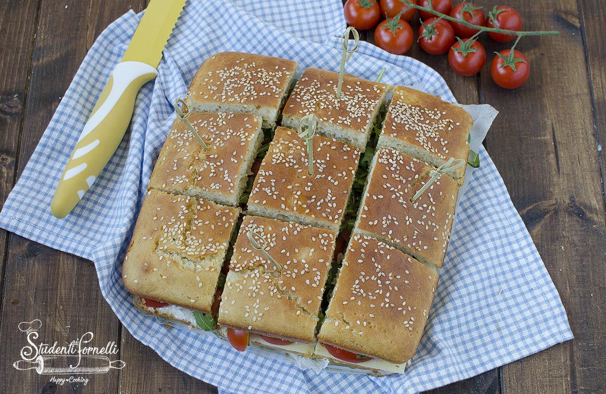 ricetta focaccia tramezzino farcita prosciutto pomodorini formaggio insalata ricetta