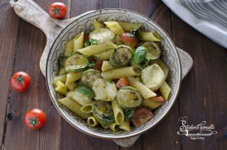 insalata di pasta fredda al pesto e zucchine mozzarella