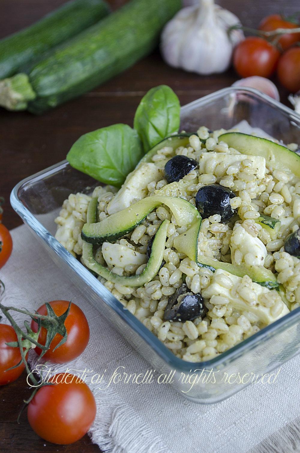 insalata di orzo fredda orzo-freddo-al-pesto-con-zucchine-e-mozzarella-ricetta-primo-freddo-estivo-vegetariano-ricetta